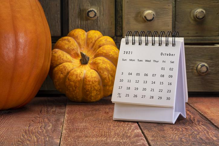 October calendar with pumpkins
